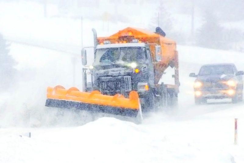 Écoles fermées et routes enneigées: la tempête paralyse Québec