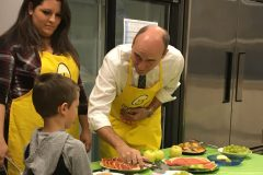 Des enfants affamés peuvent déjeuner à leur école