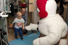 Visite touchante de Bonhomme au Centre mère-enfant