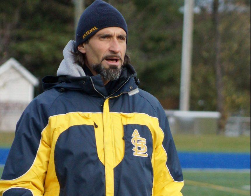 Grande surprise au football scolaire: Francesco Pepe Esposito quitte l'Académie Saint-Louis
