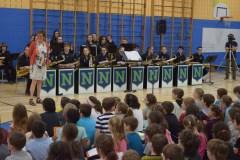Des élèves du primaire manient la flûte à bec