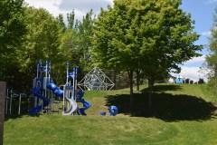 Des jeux pour enfants à l'aire de L'Islet-de-la-Montée