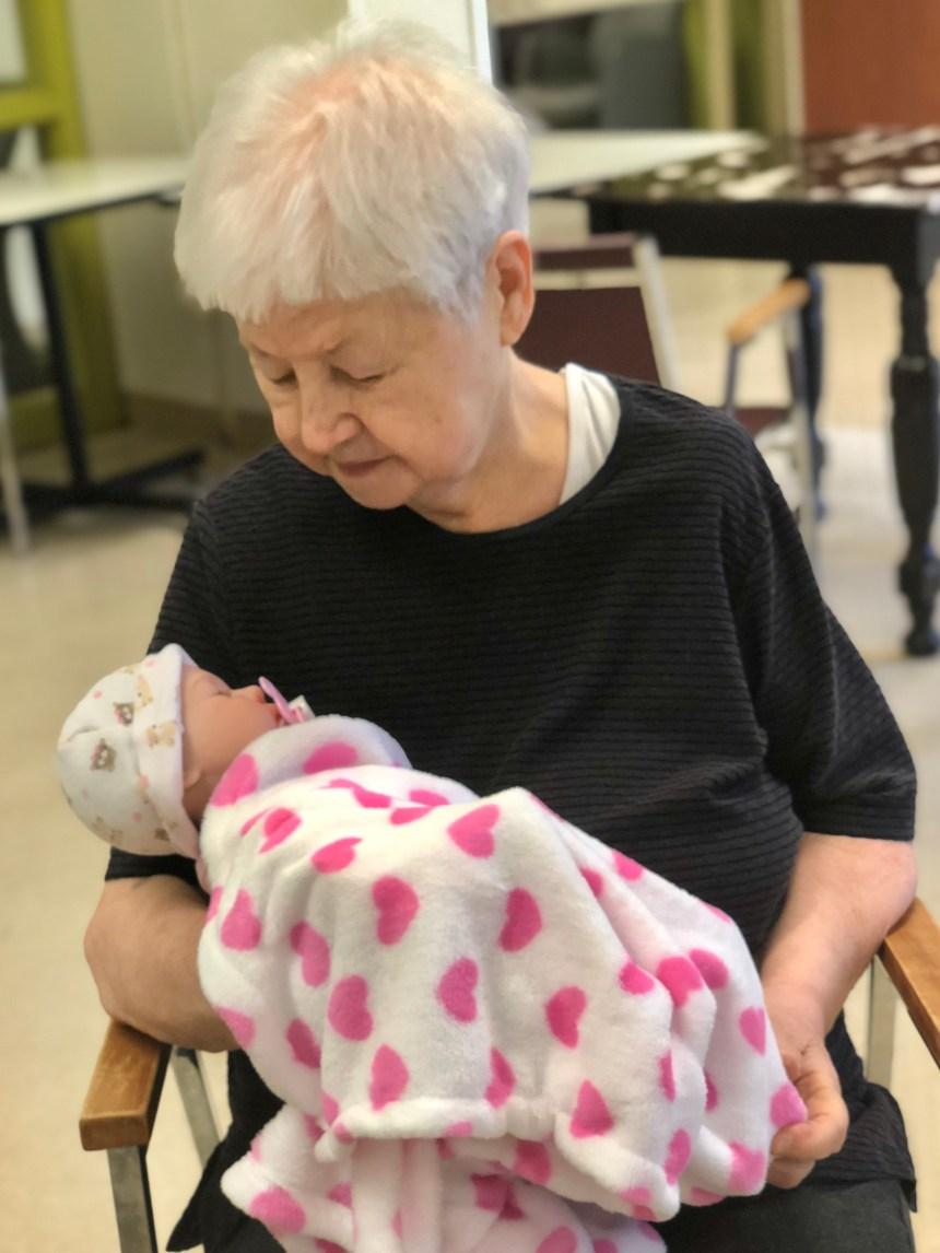 Maladies cognitives: Des poupées pour apaiser et stimuler