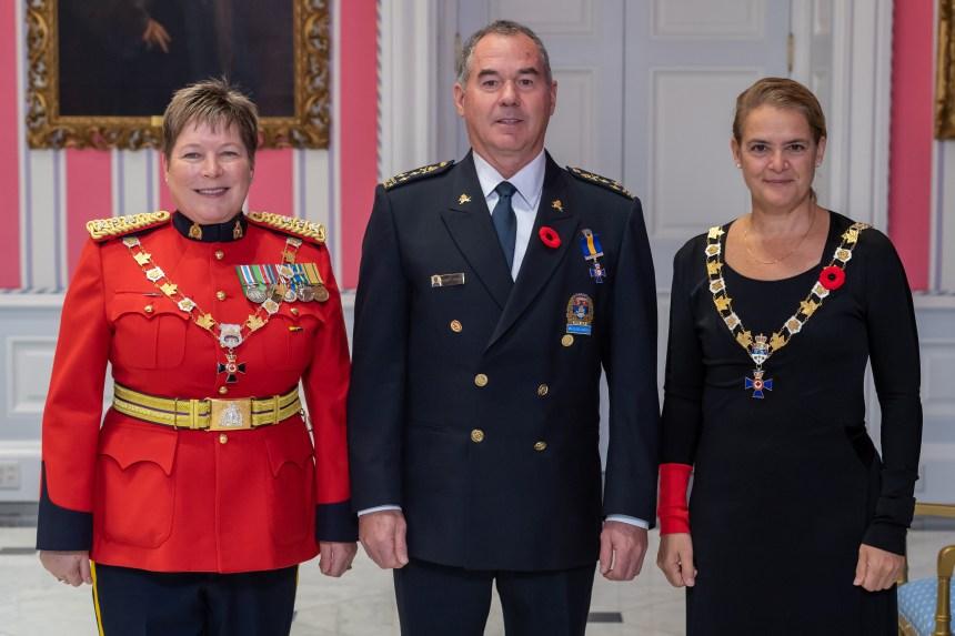 Robert Pigeon reçoit l'Ordre du mérite des corps policiers