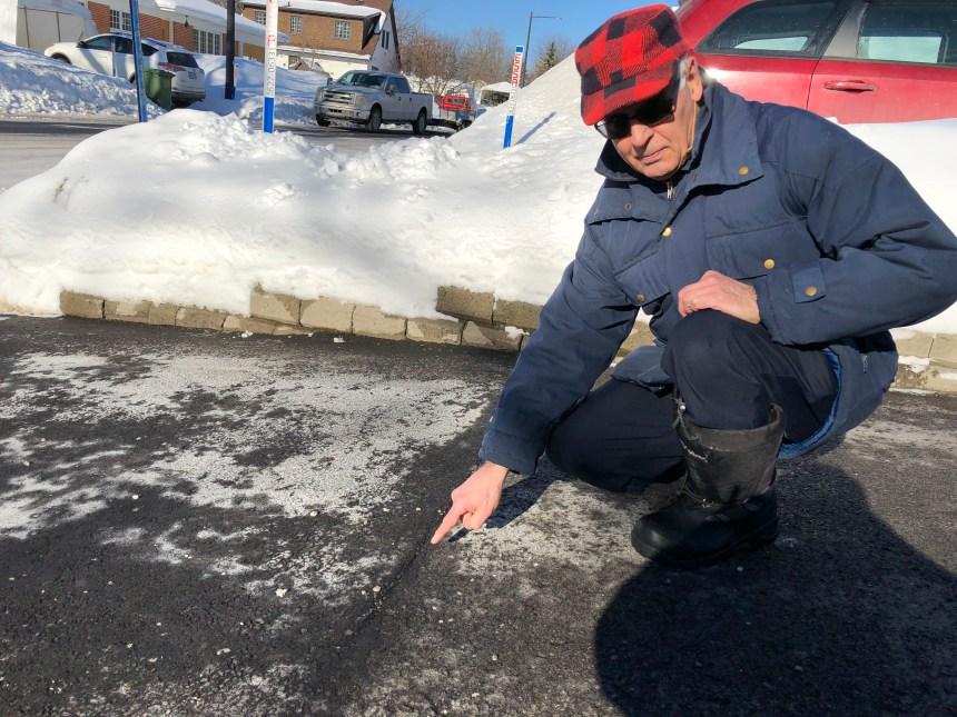 Entrées glacées et asphalte presque neuve déjà craquelée sur la rue René-Rhéaume
