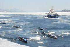 La course en canot du Carnaval anime les rives du fleuve
