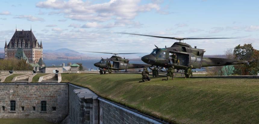 Des hélicoptères militaires au-dessus de la Citadelle de Québec