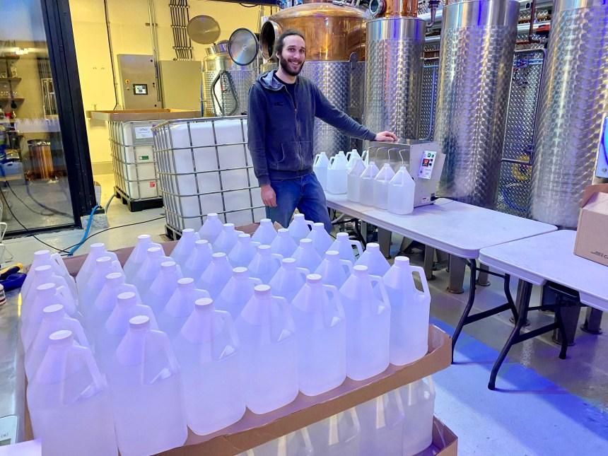 Du gin au désinfectant: les distilleries, un service essentiel