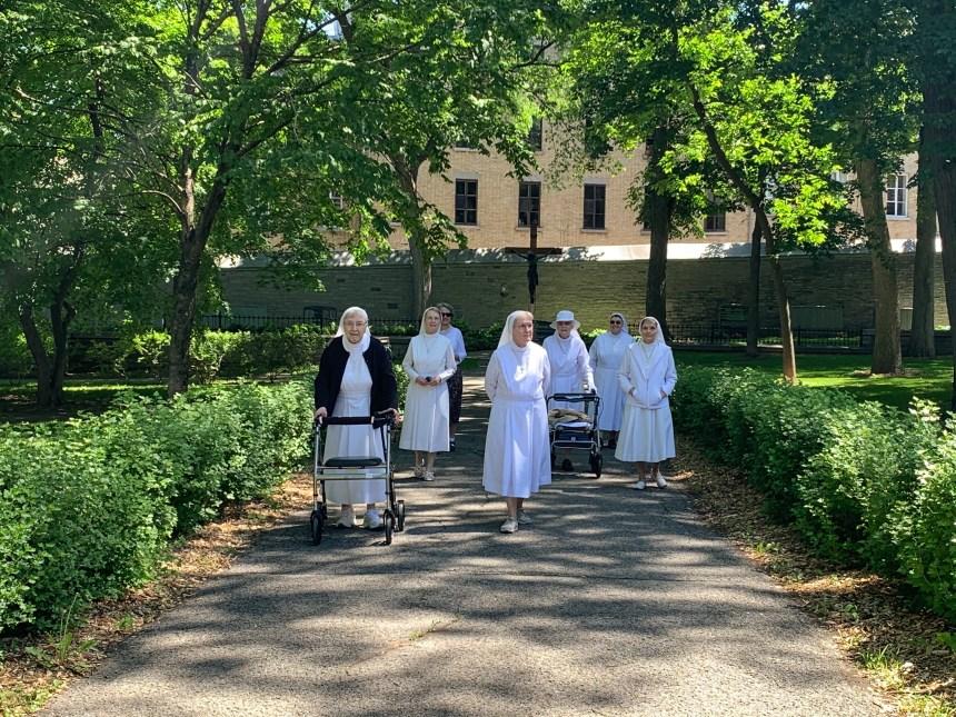 Les Augustines marchent pendant 20 jours pour soutenir le personnel de la santé