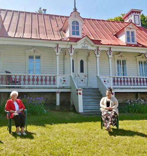 Une centenaire s'entretient avec Émilie Foster