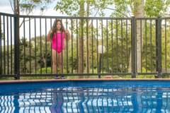 Un enfant chute dans une piscine