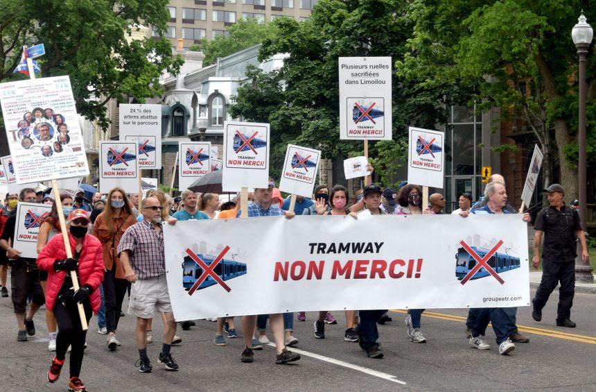 Deux cents marcheurs s'opposent au projet de tramway