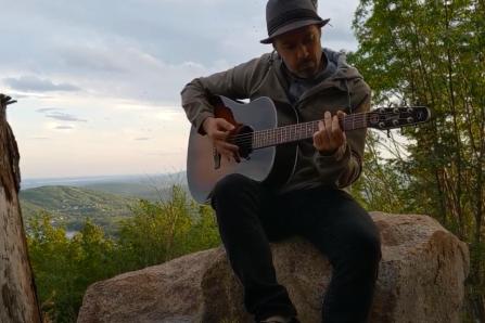 Une chanson de Simon Bussières au mont Tourbillon