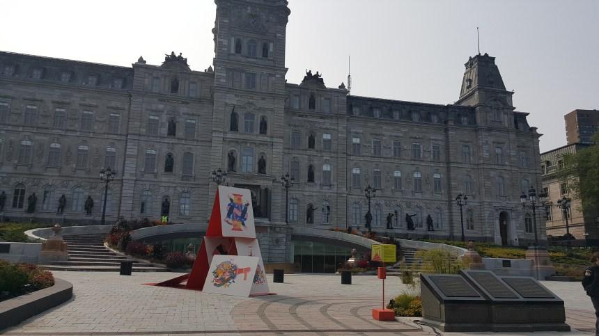 Un gigantesque château de cartes pour évoquer la fragilité de la démocratie