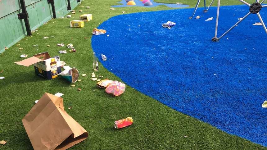Une cour d'école jonchée de déchets