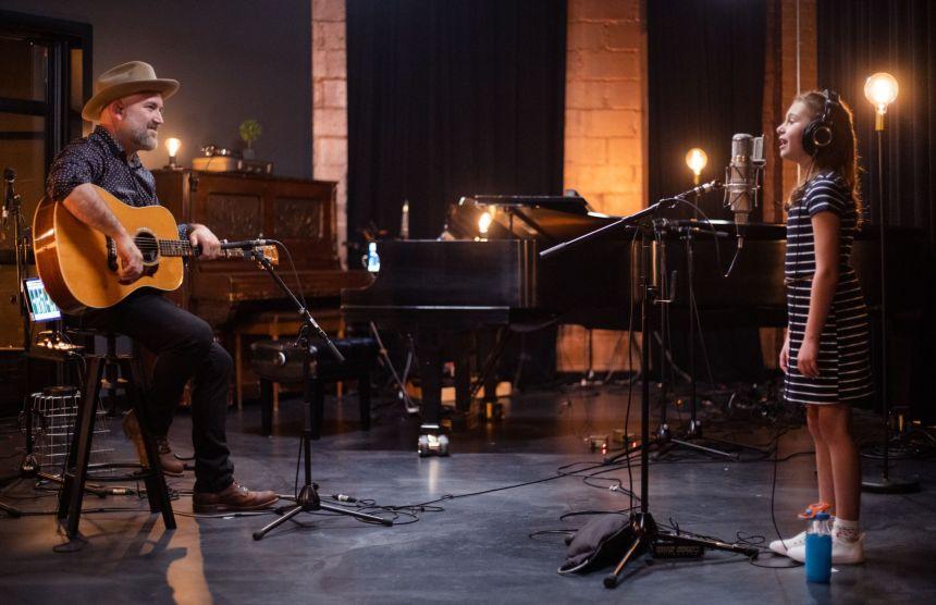 Mia Ross chante pour réconforter ses arrière-grands-parents à En Studio