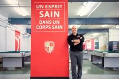 Ados en péril: drapeau rouge d'un directeur d'école
