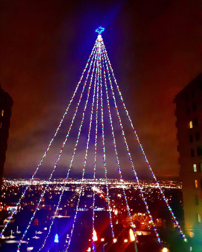 Un arbre lumineux géant