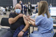 Le ministre de la Santé Christian Dubé a reçu sa première dose de vaccin