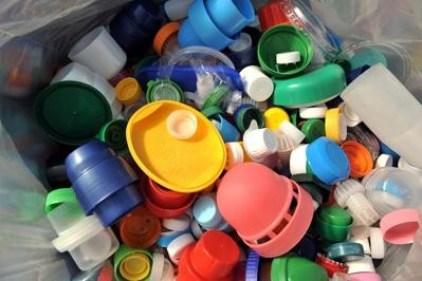 Dall'Europa stop a piatti e posate di plastica