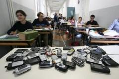 Francia, divieto cellulare a scuola è legge