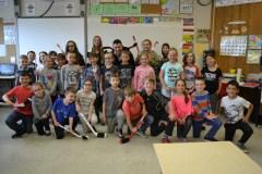 De jeunes entrepreneurs fabriquent de mini bâtons de hockey