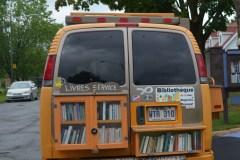 L'homme derrière les bibliothèques de la rue