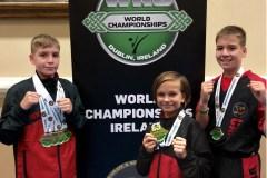 L'Irlande sourit à trois jeunes karatékas