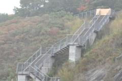 Un coup d'eau fragilise un escalier du sentier des Grèves