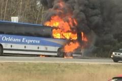 Un autobus en flamme sur l'autoroute 40