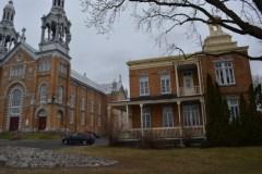 Des loyers sociaux dans le presbytère à côté de l'église Saint-Louis-de-Courville