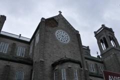 Des pierres du mur d'une église s'effondrent
