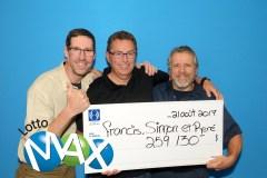 Des collègues se partagent un lot du Lotto Max