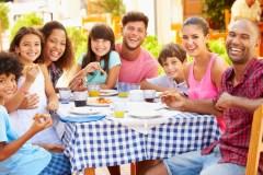 Québec permet aux parents de boire sur une terrasse avec des enfants jusqu'à 22h